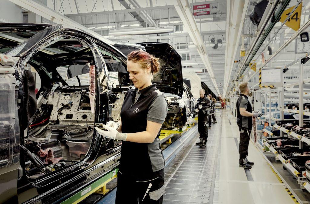 Beschäftigte in Schichtdiensten (hier eine Bandarbeiterin bei Daimler) sollen Spielraum bei der Gestaltung ihrer Arbeitszeit bekommen. Foto: Baumann, Daimler