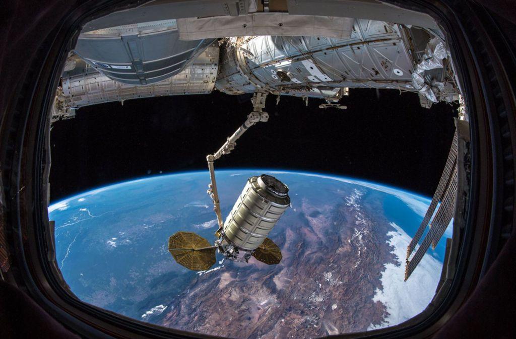 """Ein von Esa-Astronaut Alexander Gerst auf Twitter verbreitetes Foto zeigt den Frachter """"Cygnus"""" nach dem Ankoppeln an die ISS durch einen Roboterarm. Foto: Esa/Alexander Gerst/dpa"""