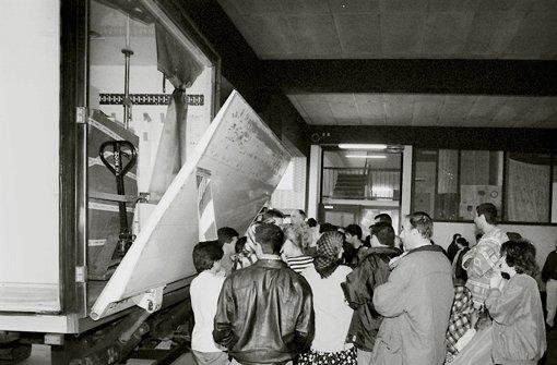 Diese Art der Versorgung ist schon lange abgeschafft: Flüchtlinge warten in Feuerbach auf die Anlieferung von Lebensmitteln. Foto: factum