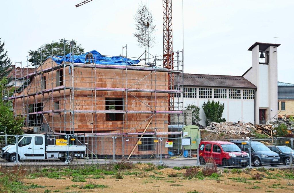 Das alte Pfarrhaus ist abgerissen. Jetzt entsteht hier neben der Kirche das neue Gemeindehaus für die Weissacher Katholiken. Foto: factum/Granville
