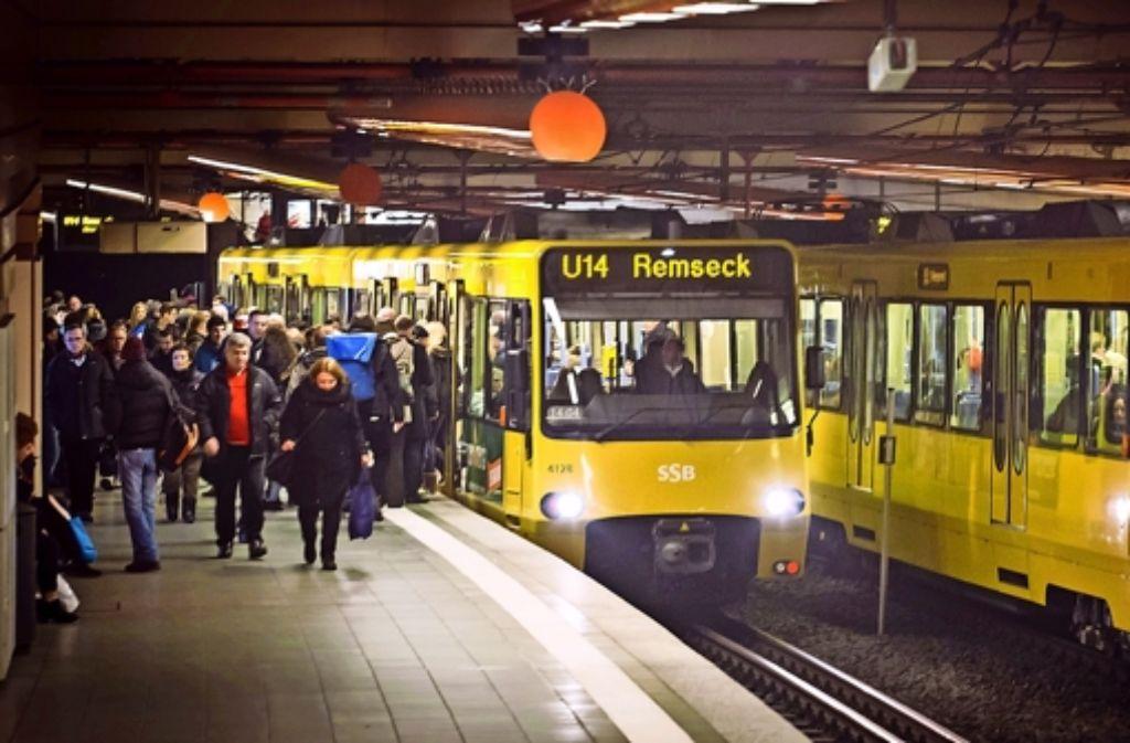 Am  Charlottenplatz halten viele Stadtbahnlinien. Der Konflikt  zwischen SSB-Chefetage und Betriebsrat könnte die Fahrpläne aus dem Takt bringen Foto: Lichtgut/Achim Zweygarth