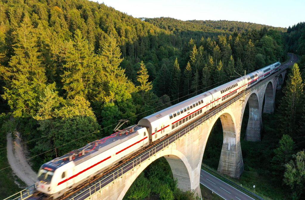 Auf der Bahnstrecke von Stuttgart nach Singen ist am späten Donnerstagabend ein IC entgleist. Foto: dpa/Felix Kästle