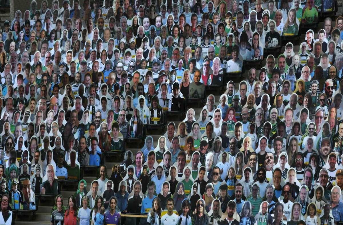 Zuletzt waren in den Stadien, wie hier in Gladbach, Pappkameraden aufgestellt worden Foto: AFP