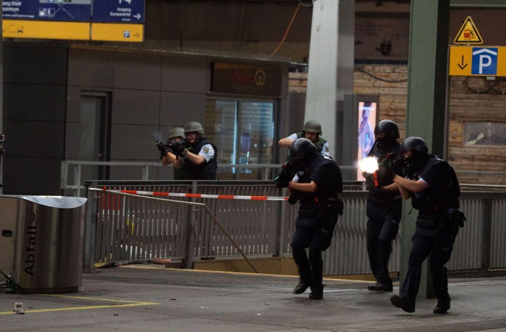 In der Nacht von Dienstag auf Mittwoch wurde der Stuttgarter Hauptbahnhof zum Übungsgelände für die Polizei. Foto: SDMG