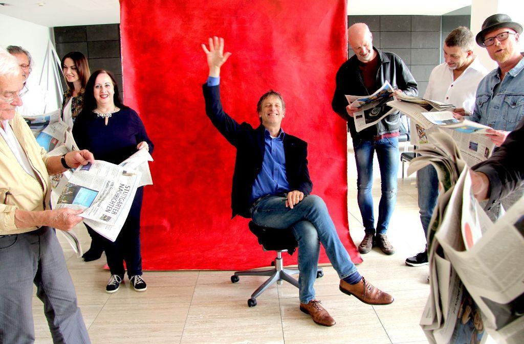 Plädoyer fürs Lesen der Zeitung aus Papier: Unser Kolumnist Uwe Bogen (auf dem Stuhl) mit kreativen Köpfen der Stadt  im Foyer des Pressehauses Stuttgart. Foto: Silvie Brucklacher-Gunzenhäußer