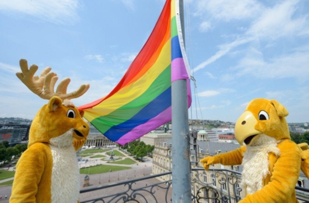Beim Christopher Street Day in Stuttgart 2013 hissten die baden-württembergischen Wappenfiguren die Regenbogenfahne als Symbol von Vielfältigkeit und Toleranz der Schwulen- und Lesbenbewegung. Als Unterrichtsthema an Schulen sorgt Homosexualität derzeit dagegen für Streit. Foto: dpa