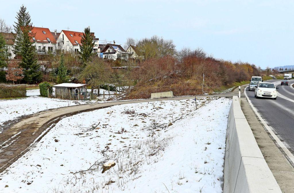 Zwischen Brücke und Feldweg gibt es schon einen Lärmschutzwall, daran werden sich ein neuer Wall und eine Gabionenwand anschließen. Foto: factum/Granville