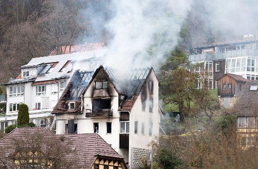 Ein Mann hat ist vom Balkon dieses brennenden Hauses gesprungen und ums Leben gekommen. Foto: dpa