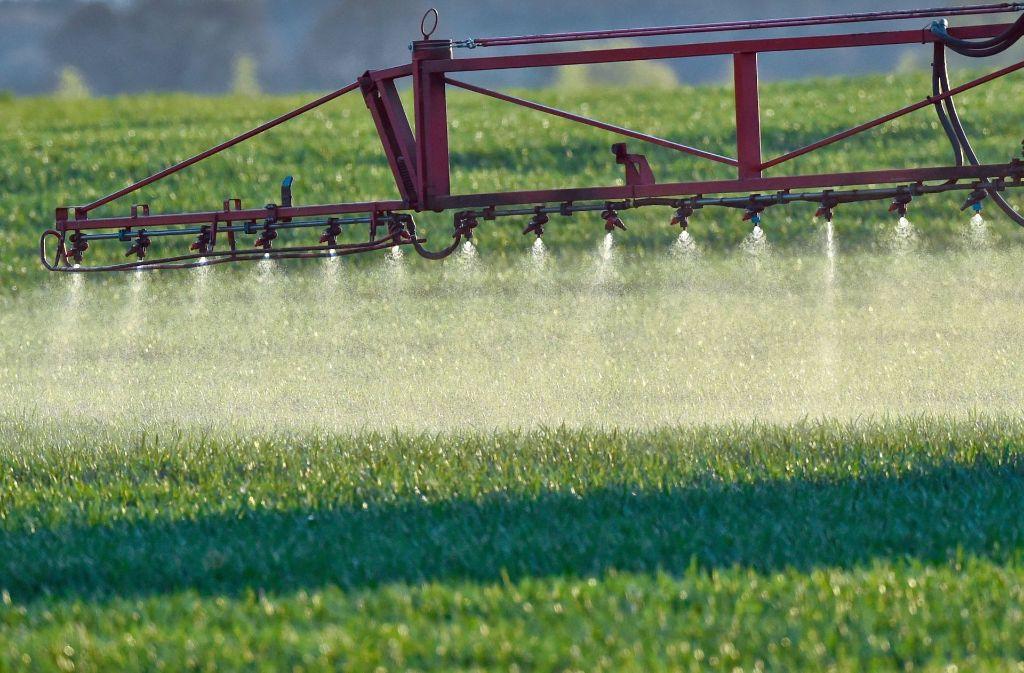 Die Anwendung von Pestiziden sind in der Landwirtschaft erlaubt. Foto: dpa