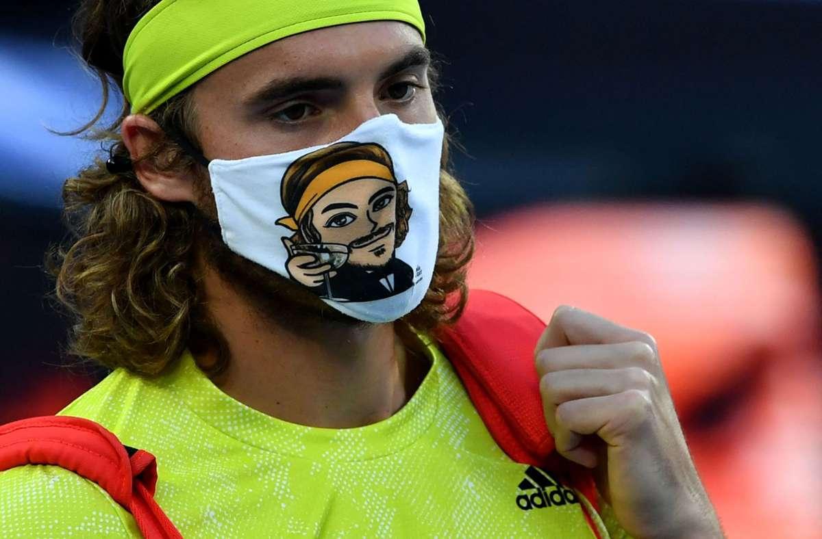 Stefanos Tsitsipas mit Stefanos Tsitsipas auf seiner Gesichtsmaske. Foto: AFP