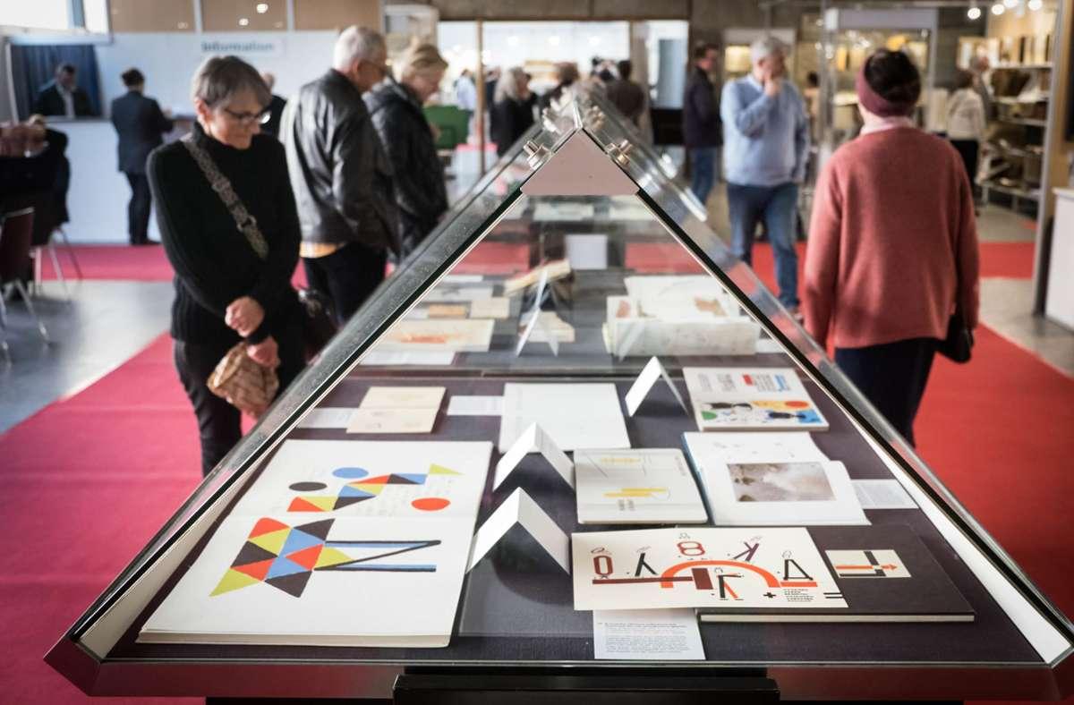 Diese Bilder wird es im nächsten Jahr nicht geben: Besucher bei  der letzten Stuttgarter Antiquariatsmesse. Foto: Lichtgut/Achim Zweygarth
