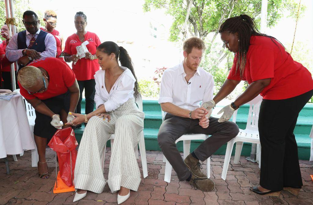 Ein kurzer Pieks in den Finger und schon ist es vorbei: Prinz Harry und Sängerin Rihanna haben auf der Karibikinsel Barbados einen HIV-Test am Welt-Aids-Tag machen lassen. Foto: Getty
