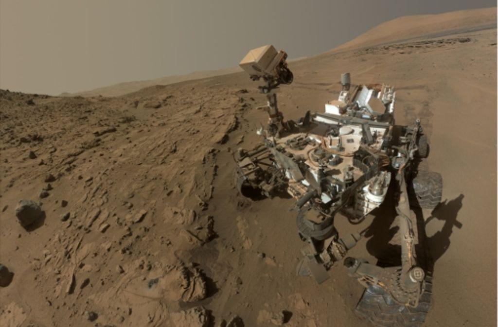 Ein Selbstporträt des Nasa-Roboters Curiosity vor dem fünf Kilometer hohen Mount Sharp  auf dem Mars – zusammengesetzt aus vielen Einzelaufnahmen Foto: Nasa/JPL-Caltech/MSSS