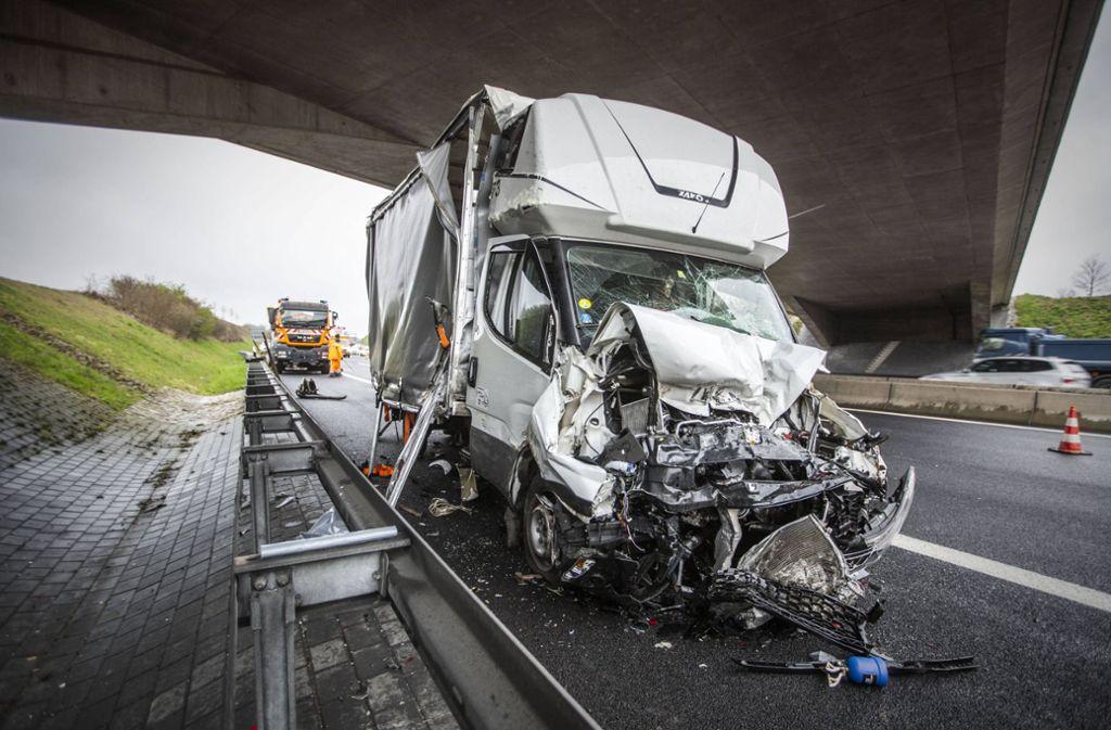 Auf der A8 bei Rutesheim hat es am Donnerstagnachmittag heftig gekracht. Foto: 7aktuell.de/Simon Adomat