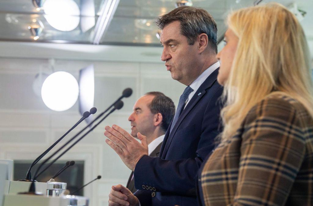 Echte Staatskanzlei, virtuelle Pressekonferenz: Bayerns Wirtschaftsminister Hubert Aiwanger, Ministerpräsident Markus Söder, Gesundheitsministerin Melanie Huml. Foto: AFP/PETER KNEFFEL
