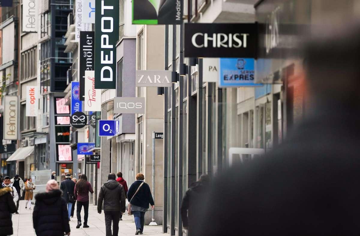 Auch der Einzelhandel auf der Königstraße in Stuttgart war betroffen: Im Vergleich mit dem Jahr 2019 sei der Konsum im vergangenen Jahr um 6,1 Prozent eingebrochen – so stark wie seit 70 Jahren nicht. Foto: Lichtgut/Max Kovalenko