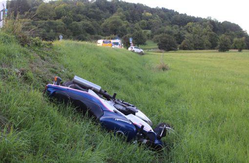 Überholmanöver missglückt – Motorradfahrer verletzt sich schwer
