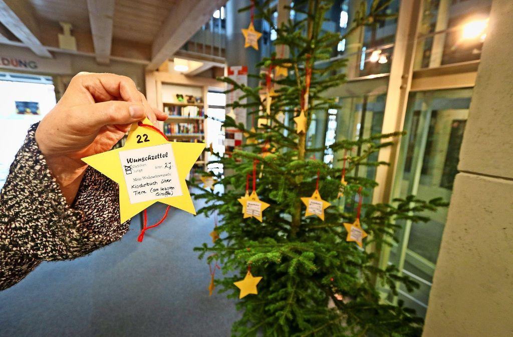 Kleine Sterne mit großen Wünschen hängen an der Tanne. Foto: factum/Granville