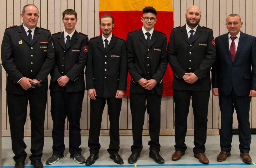 Kommandant Jürgen Widmann (l.) und Bürgermeister Thilo Schreiber (r.) mit den neu aufgenommenen Feuerwehranwärtern. Foto: Feuerwehr Weil der Stadt