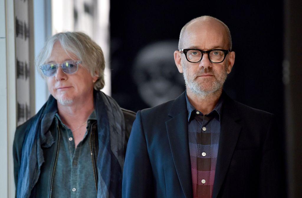 Michael Stipe (re.) mit seinem Kollegen Mike Mills: Ihre Band   R.E.M. löste sich 2011 auf. Foto: dpa/Britta Pedersen