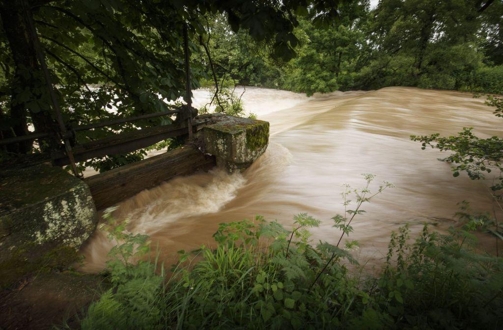 Eine Hochwasserwelle schießt Ende Mai 2016 über das Hahnsche Wehr in Schorndorf. Foto: Gottfried Stoppel