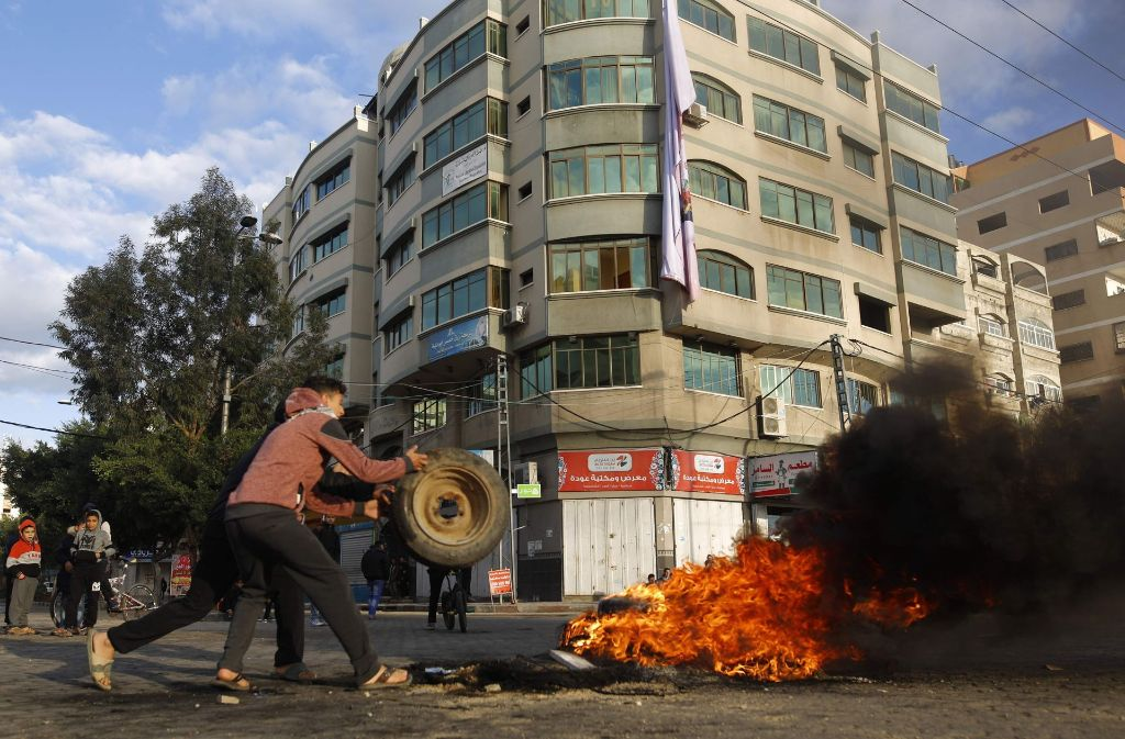 In Gaza zünden die Demonstranten Autoreifen und Bilder von Trump an. Foto: AFP