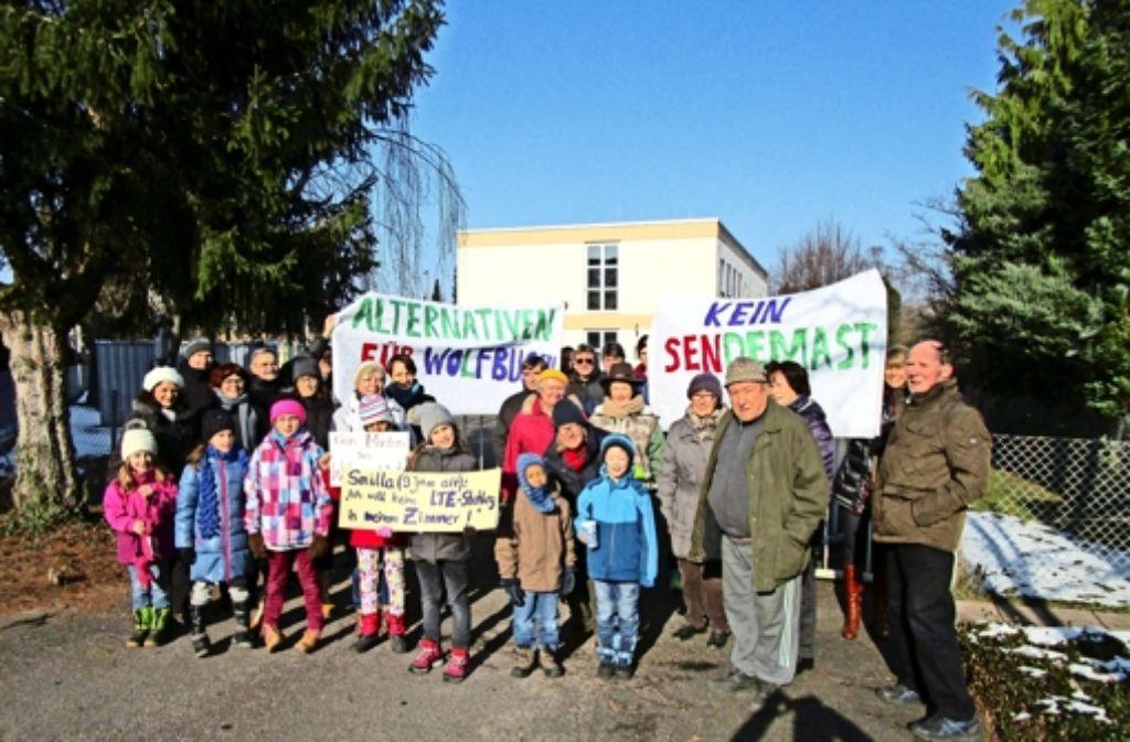 Am Samstag haben sich spontan einige Anwohner vor dem Gelände getroffen, wo die Telekom den Sendemast errichten will. Sie wollen nun wöchentlich dort demonstrieren. Foto: privat