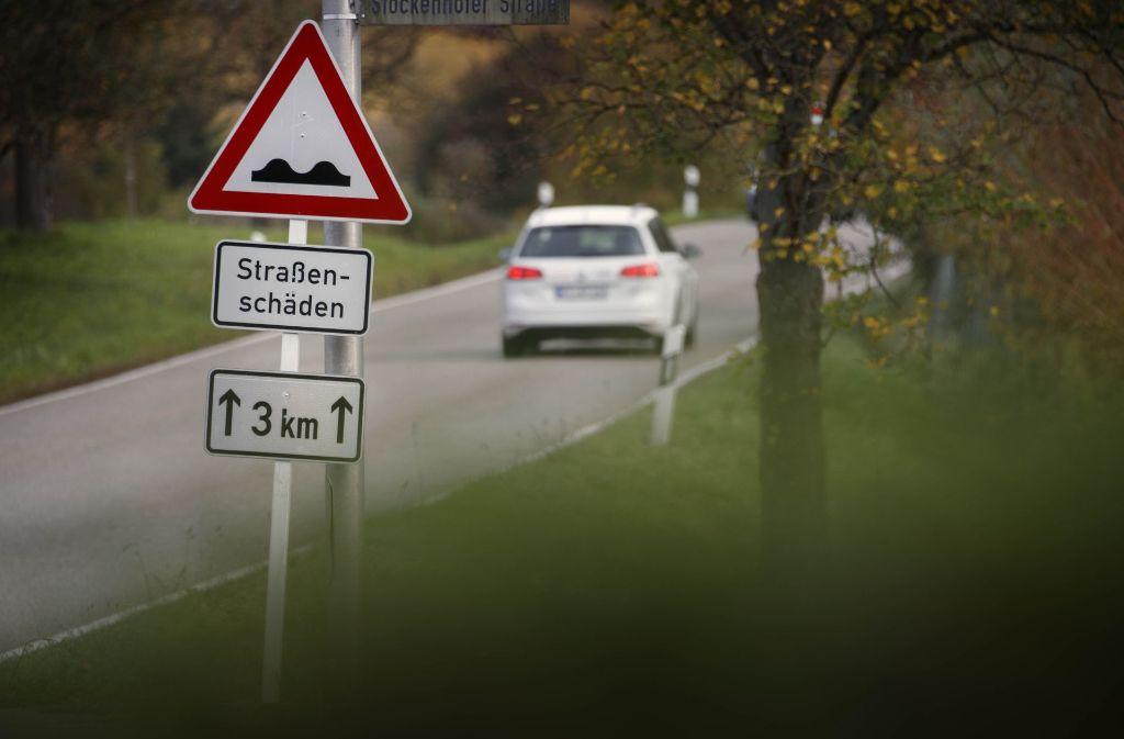 Das Kreisstraßennetz –  wie hier bei Winnenden-Hertmannsweiler – ist  an vielen Stellen in einem schlechten Zustand Foto: Gottfried Stoppel