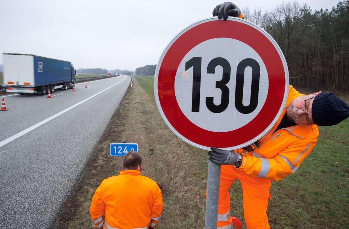 Die Autoren sehen in ihren Ergebnissen demnach einen Beleg dafür, dass ein generelles Tempolimit nur geringe Effekte auf den CO2-Ausstoß im Verkehr und die Zahl der schweren Unfälle hätte. Foto: dpa/Jens Büttner