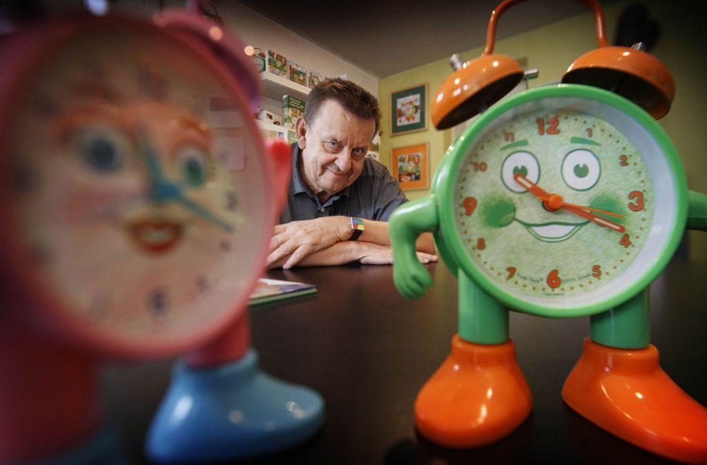 Hans Karl Zeisel  spielt künstlerisch- kindgerecht mit der Uhrzeit. Foto: Gottfried Stoppel