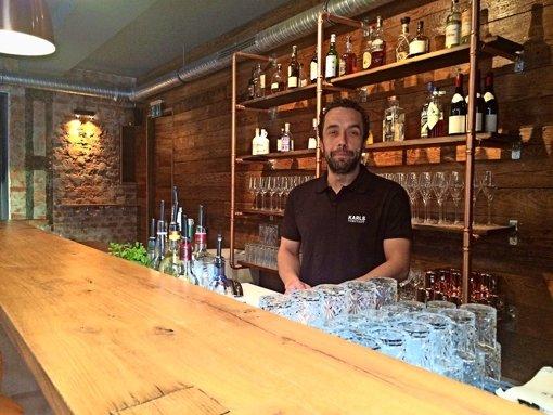 Ante Barac mag schlichtes Mobiliar sehr, Alkohol hingegen weniger. Foto: Nina Ayerle