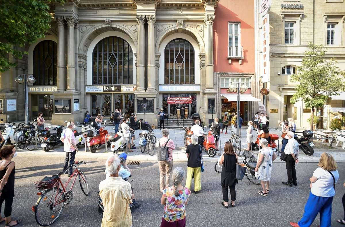 Fast 100 Menschen haben sich auf der Bolzstraße eingefunden, um für den Erhalt des Metropols zu demonstrieren. Foto: Lichtgut/Ferdinando Iannone