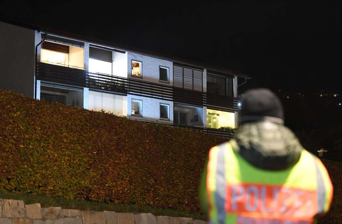 Ein Mitarbeiter der Polizei steht vor dem Tatort. Foto: dpa/Angelika Warmuth