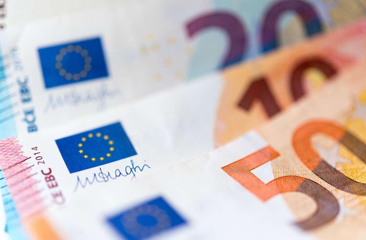 Das Opfer überwies mehrere Male Geld an verschiedene europäische Konten. (Symbolbild) Foto: dpa/Monika Skolimowska