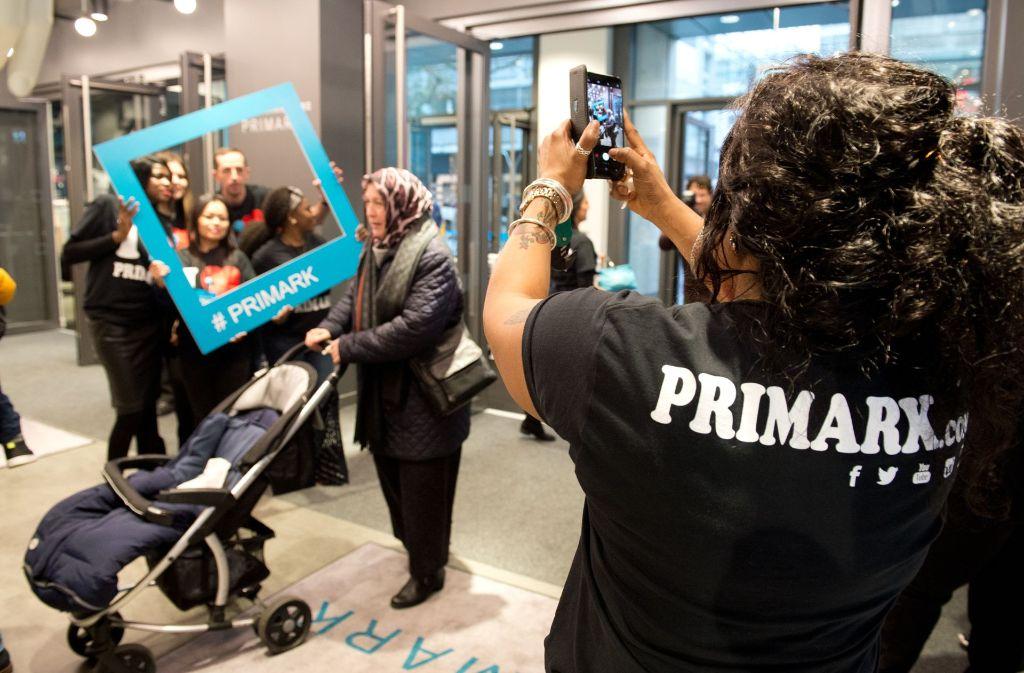 Erinnerungsfotos bei der Primark-Eröffnung Foto: Lichtgut/Oliver Willikonsky