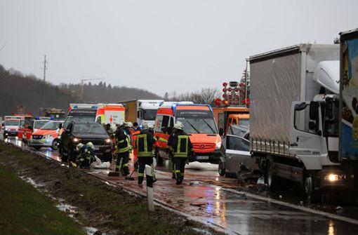 Stau nach Verkehrsunfall mit drei beteiligten Fahrzeugen
