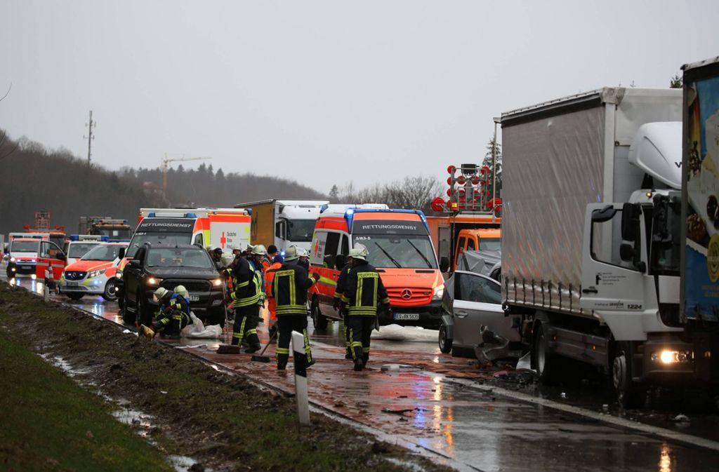 Rettungskräfte auf der A8 sichern die Unfallstelle. Foto: 7aktuell.de/