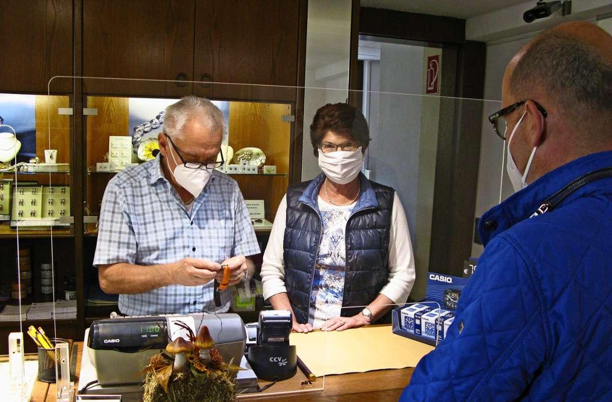 Erich Theile und seine Frau Gisela beraten einen Kunden in Coronazeiten.Foto: Eva Schäfer Foto: