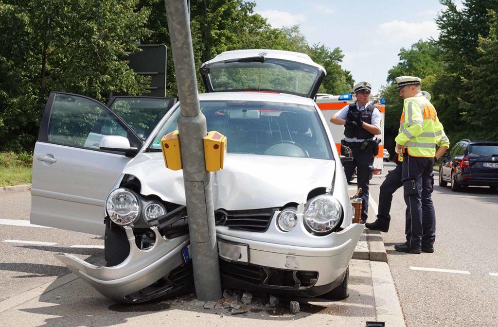 Warum der Autofahrer gegen den Ampelmast prallte, ist bislang nicht geklärt. Foto: Andreas Rosar Fotoagentur-Stuttg