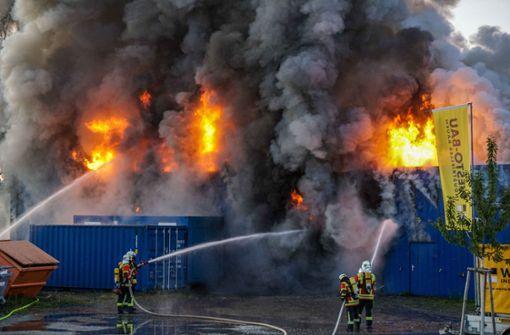Hohe Flammen schlagen aus Lagerhalle – Fenster müssen zubleiben
