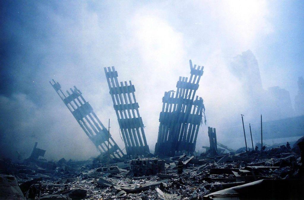 Ein Klassiker des Verschwörungsdenkens: Reste der Fassade des World Trade Centers in New York im November 2001. Foto: dpa