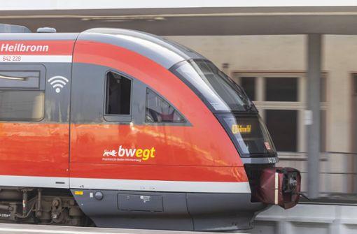 35-Jähriger gerät unter abfahrenden Zug