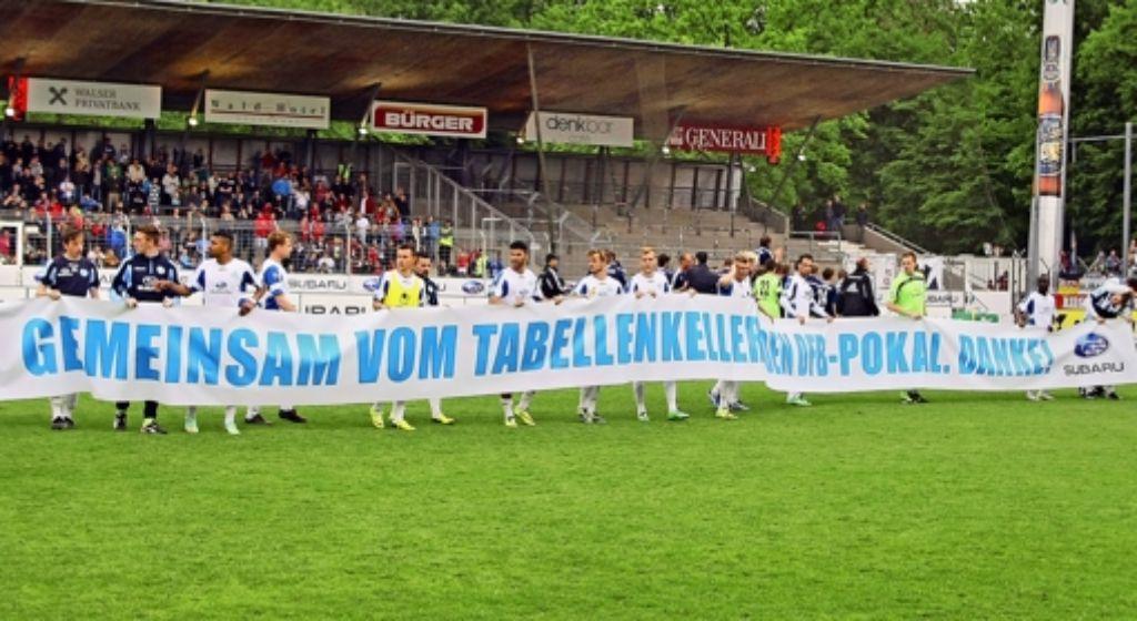 Die Kickers verabschieden sich von den Fans und vorübergehend auch  vom Stadion auf der Waldau, das umgebaut wird. Foto: Baumann
