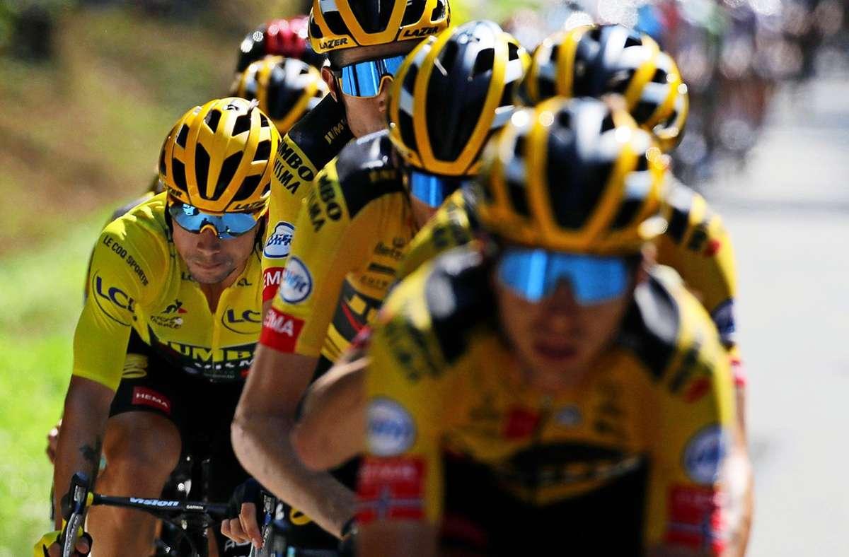 Alle für einen: Auch weil sein Team so stark ist, fährt Primoz Roglic im Gelben Trikot in Richtung Paris. Foto: AP/Christophe Ena