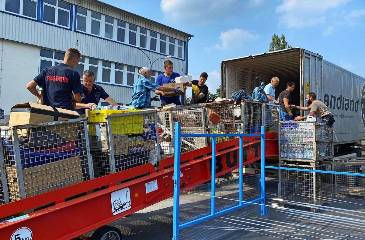 In Troisdorf wurde der Konvoi von vielen Helfern erwartet. Foto: /Manfred Mauermann