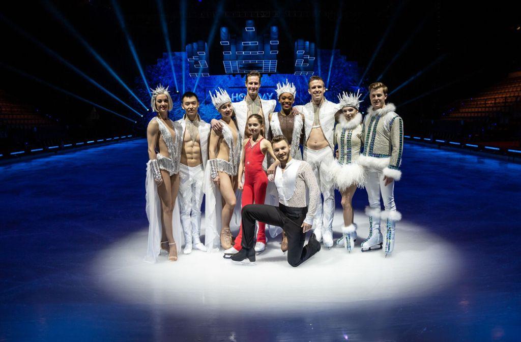 Nachwuchstalent Sasha Tandogan und Profi Joti Polizoakis (vorn Mitte) als Gäste bei Holiday on Ice Foto: Lichtgut/Rettig