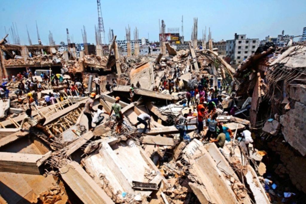 Die Trümmer von Rana Plaza in Bangladeschs Hauptstadt Dhaka erinnern die internationalen Textilhersteller an ihre Verantwortung für die Beschäftigten in den Zulieferfabriken. Foto: dpa