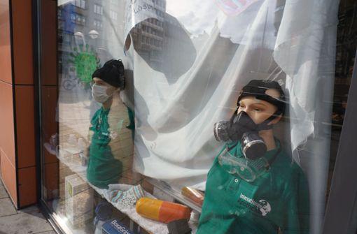 Stuttgarter Apotheke fällt mit ungewöhnlicher Maske auf