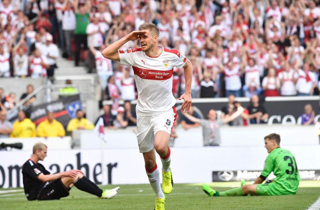 So kennen und mögen ihn die Fans in Stuttgart – Simon Terodde salutiert nach einem Tor für den VfB. Doch er trägt sich mit Abwanderungsgedanken. Foto: AFP