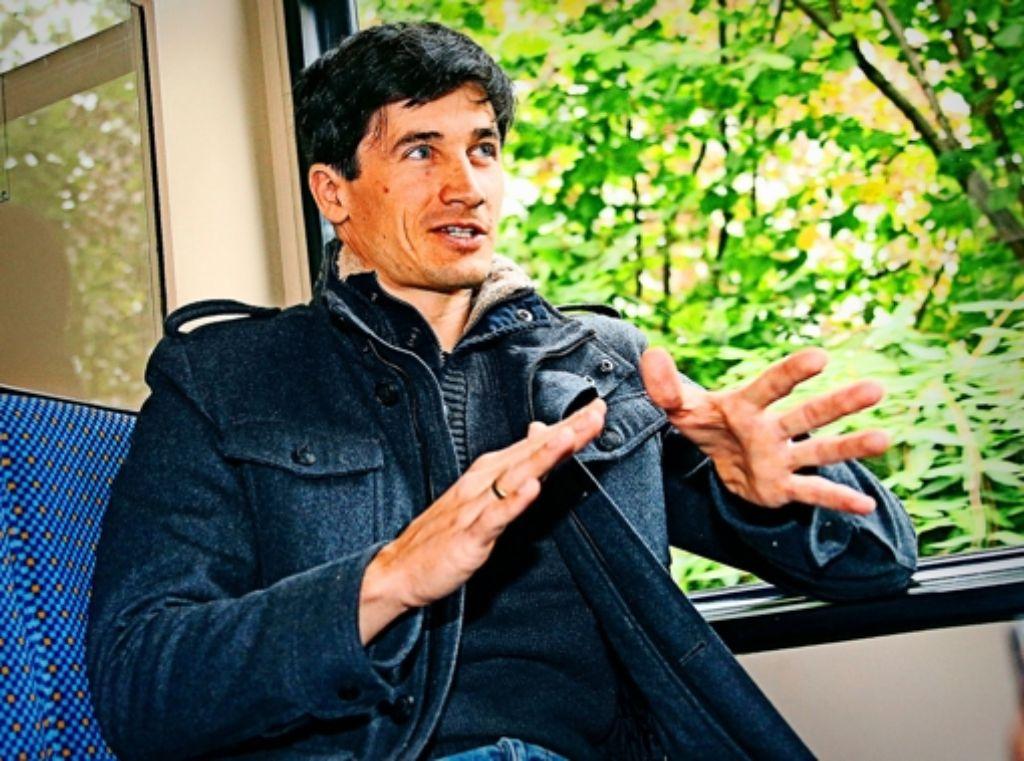 Martin Schmitt erklärt mit Begeisterung die  Feinheiten der so komplizierten Sportart Skispringen. Foto: Baumann